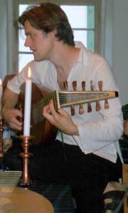 David Stützel mit Laute, auf Schlosss Seehaus